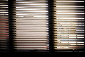 Czym zasłonić okna